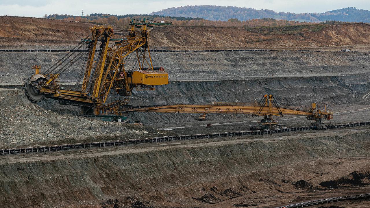 Drahé povolenky tvrdě dopadly takénaSokolovskou uhelnou, nejmenšího těžaře hnědého uhlí vČesku. Firma iusvých tepláren přechází naplyn. Letos oznámila, že propustí až tisíc lidí.