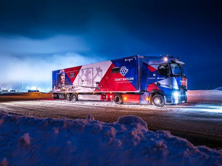 Vyobrazení Michala Krčmáře na druhé straně kamionu. Díky hliníkovým komponentům je tahač lehčí, čímž ušetří spotřebu paliva i emise.