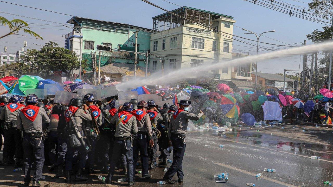 Barma, protesty, převrat, armáda