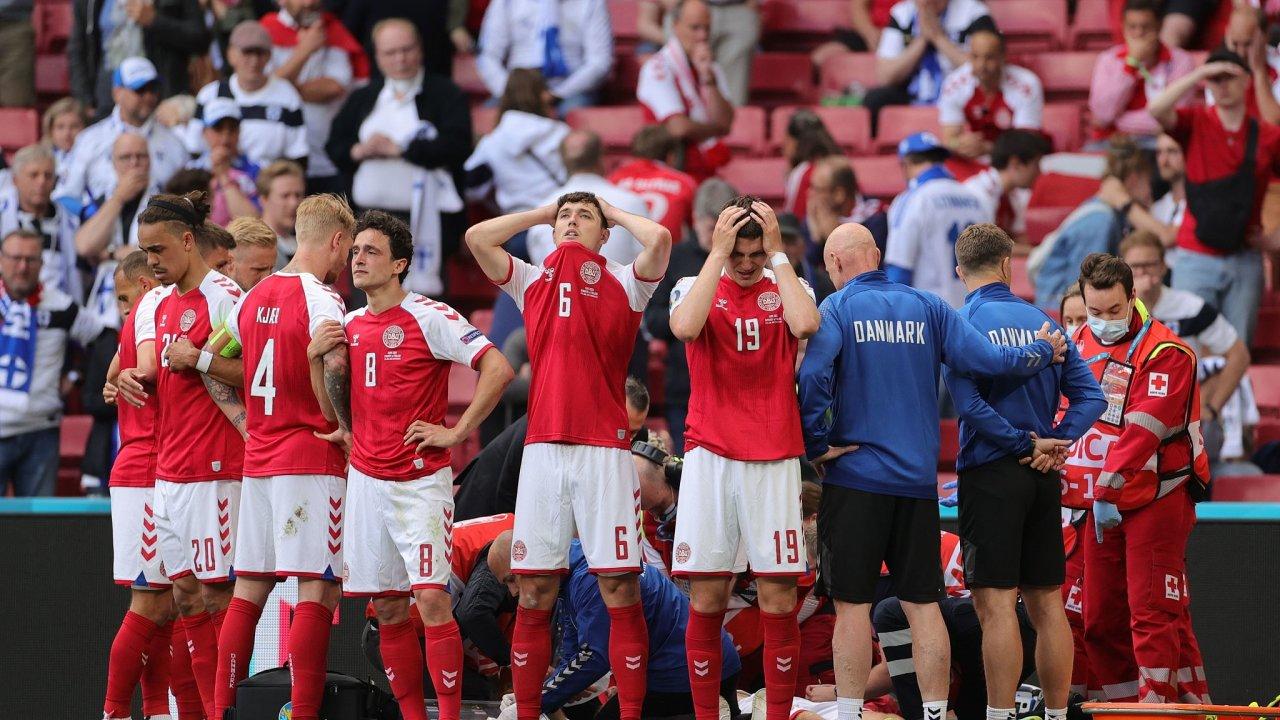 Dánský hráč Christian Eriksen je ošetřován po kolapsu na hřišti. Spoluhráči vytvořili kolem lékařů zeď.