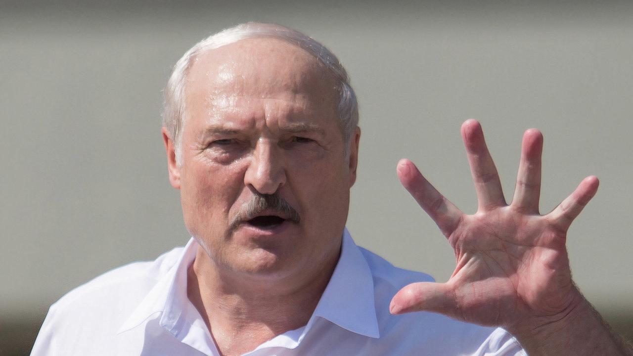 Sankce na Bělorusko uvalují státy EU od roku 1997, ke změnám v zemi ale dosud nevedly. Režim Alexandra Lukašenka se naopak podle samotných Bělorusů stal ještě víc autoritářským a represivním.