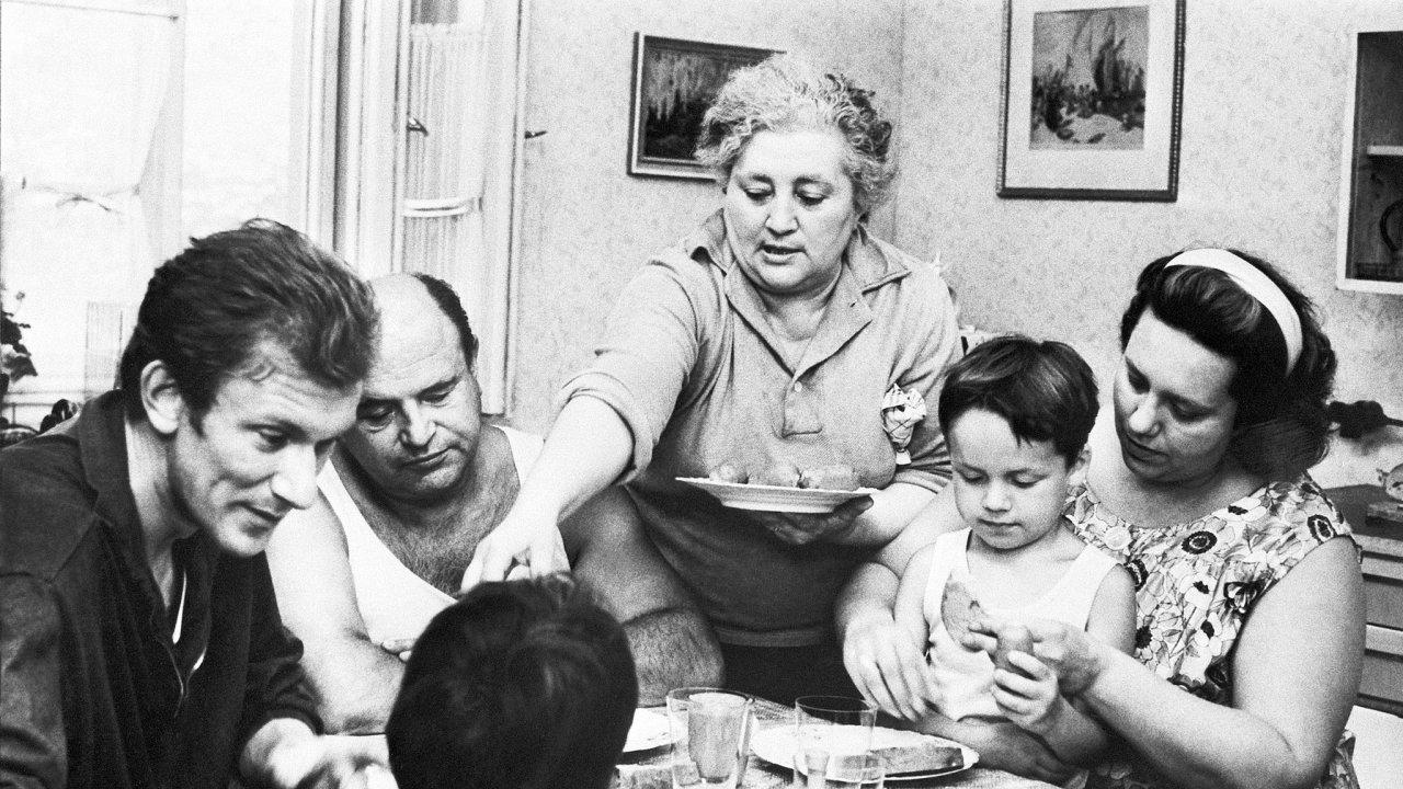 Vzájemné soužití generací, tak jak ho známe třeba z filmů o rodině Homolkových, by problém s bydlením řešilo víc než neustálé rady, že se mají starší stěhovat do menších a levných bytů.