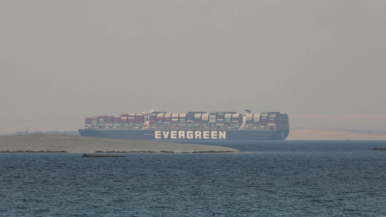 Podle svědka agentury Reuters na palubě remorkéru se Ever Given (na snímku z konce března) ve středu začala pohybovat na sever na Velkém Hořkém jezeře, které odděluje dvě části průplavu.