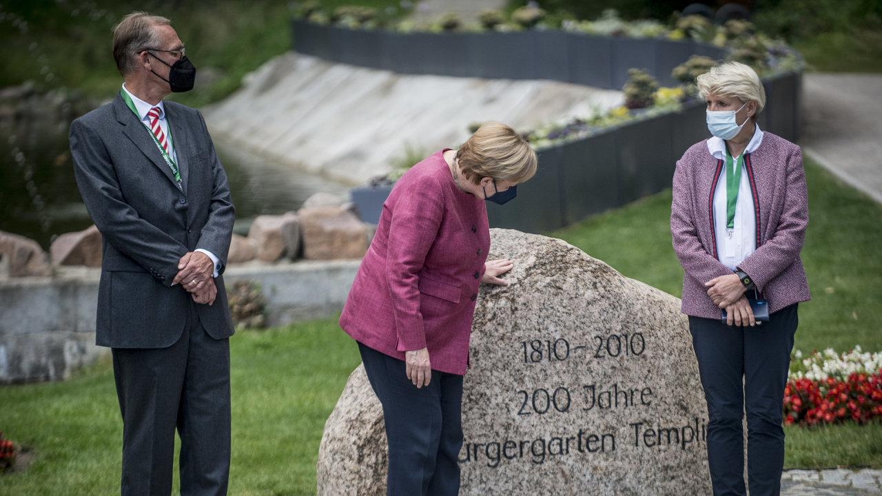 Vevolbách doSpolkového sněmu, které budou 26. září, Angela Merkelová už nekandiduje. Vevrcholící kampani si našla čas nasázení stromu vrekonstruovaném parku veměstě Templin.