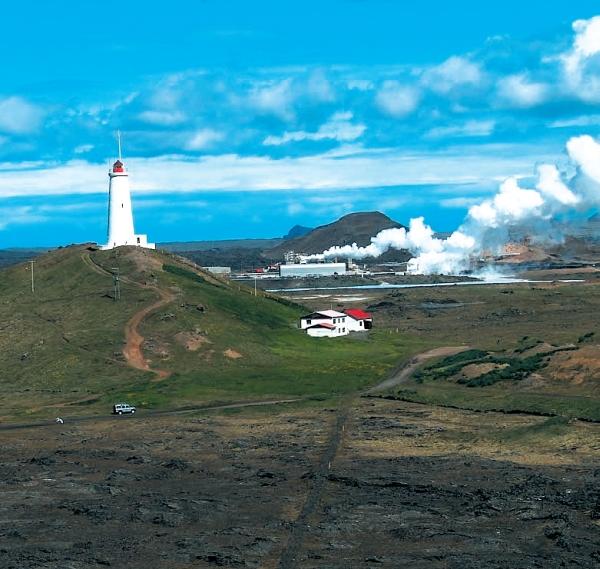 Maják Reykjanestá, jeden z pobrežných symbolov Islandu, v pozadí geotermálna elektráreň. Snímka: Ústav geovied TU Košice