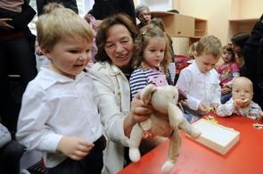 Manželka prezidenta Livia Klausová si hraje s dětmi v nové univerzitní mateřské škole s názvem Lvíčata ČVUT