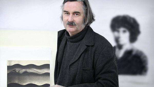 Kurátor Jan Mlčoch s fotografií Františka Drtikola Vlna