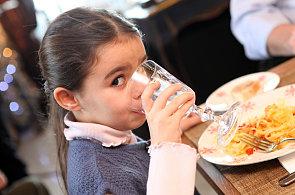 České děti příliš solí. Pak mají žízeň a sáhnou po přeslazeném nápoji