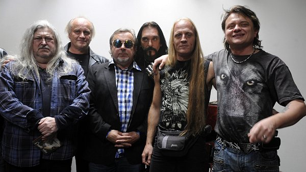 Zleva Franti�ek Ringo �ech, Michael Koc�b, Michal Pavl��ek, Ji�� Hrube�, Klaudius Kry�p�n a Vil�m �ok se se�li na tiskov� konferenci k podzimn�mu turn�