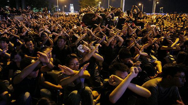 Desetitisíce studentů, učitelů a rodičů dětí protestovaly v Hong Kongu proti zavedení výuky vlastenectví.