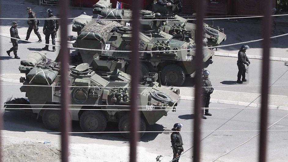 Hraniční přechod v Kosovské Mitrovici vypadal ještě vloni jako za války. Dnes už je lépe: obrněný transportér jsme viděli jen jeden.