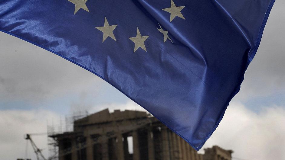 Vlajka Evropské unie nad řeckým chrámem Parthenón v Aténách