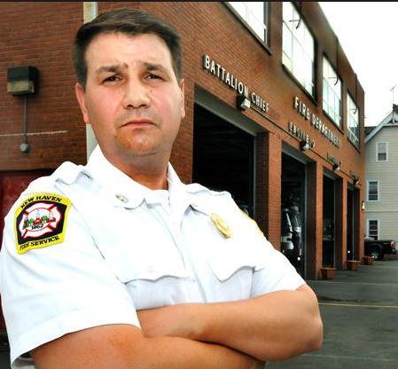 Frank Ricci - hasič s nesprávnou barvou pleti.