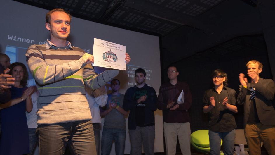 Team Hlídačky.cz si uživá slavnostní vyhlášení vítězů jarního StartupYard 2013.