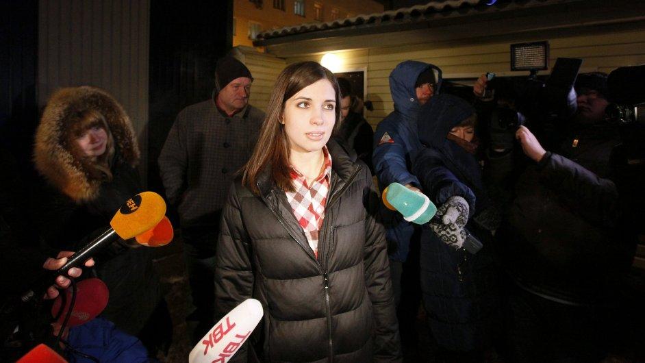 Propuštěná členka Pussy Riot Naděžda Tolokonikovová před věznicí v Krasnojarsku