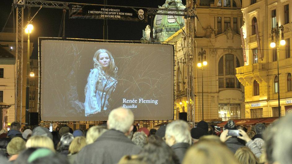 Operní diva Renée Flemingová na pražském náměstí Republiky. Poprvé v historii přímých přenosů z newyorské Metropolitní opery byl 8. února uveden český titul, Rusalka od Antonína Dvořáka.