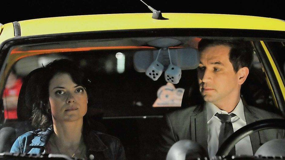 Na snímku z filmu Zakázané uvolnění Ondřej Sokol v roli ženicha Štěpána Jelena a Jana Stryková jako barmanka Vladana.