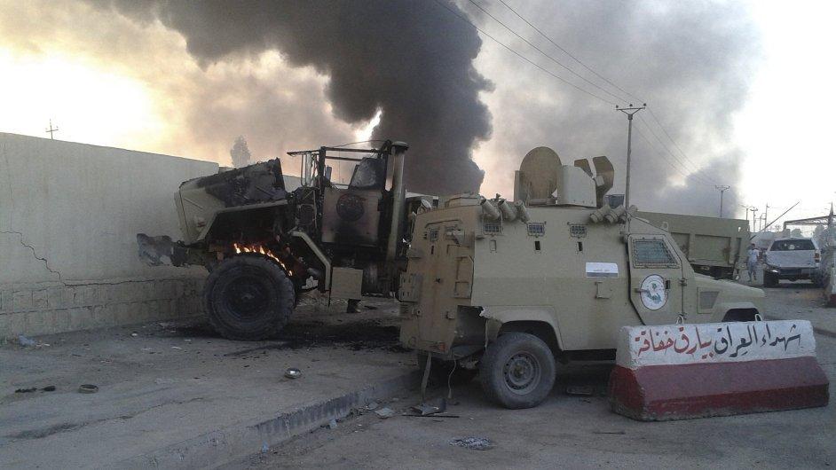 Poničená armádní vozidla po střetech mezi iráckou armádou a islamisty v Mosulu na severu země.
