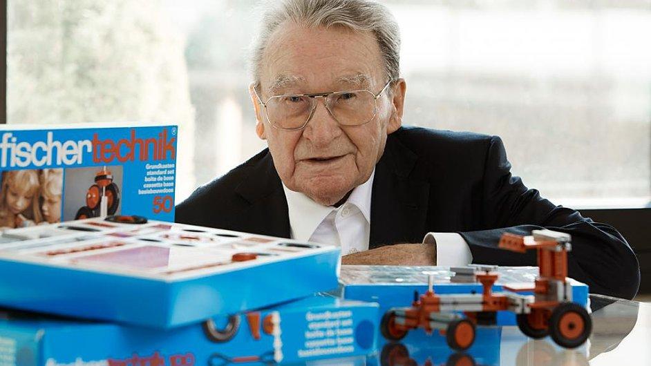 Vynálezce hmoždinky Artur Fischer dostal cenu za celoživotní dílo. Na snímku je se svojí stavebnicí.