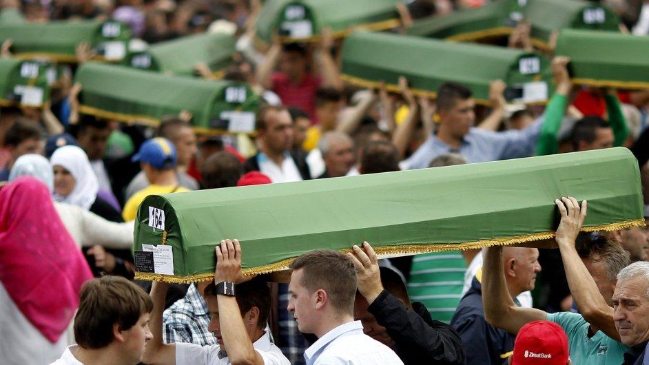Bosenští Muslimové nesou rakve 175 nově identifikovaných obětí genocidy ve Srebrenici.