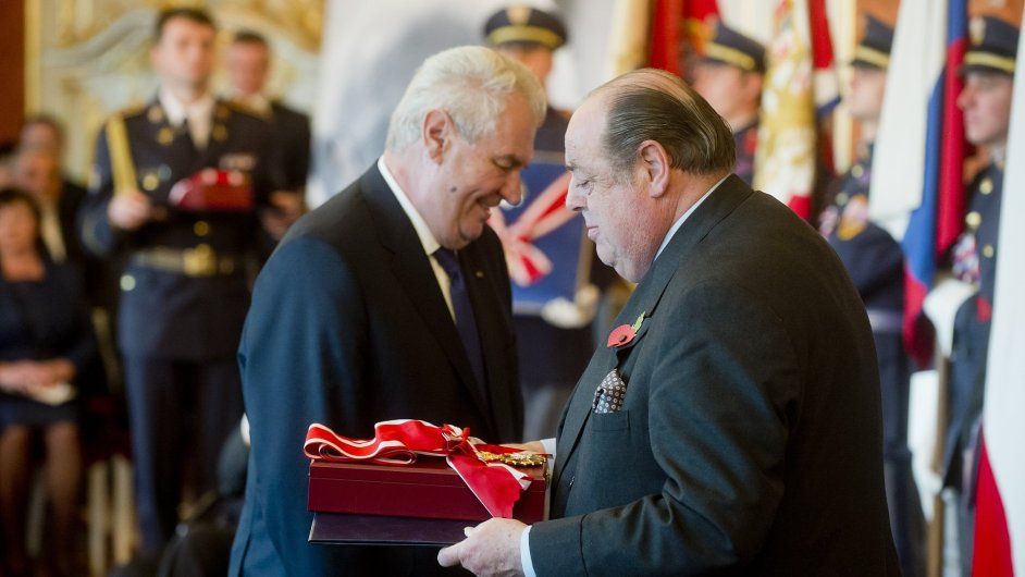 Za Winstona Churchilla převzal Řád bílého lva jeho vnuk Nicolas Soames (vpravo).