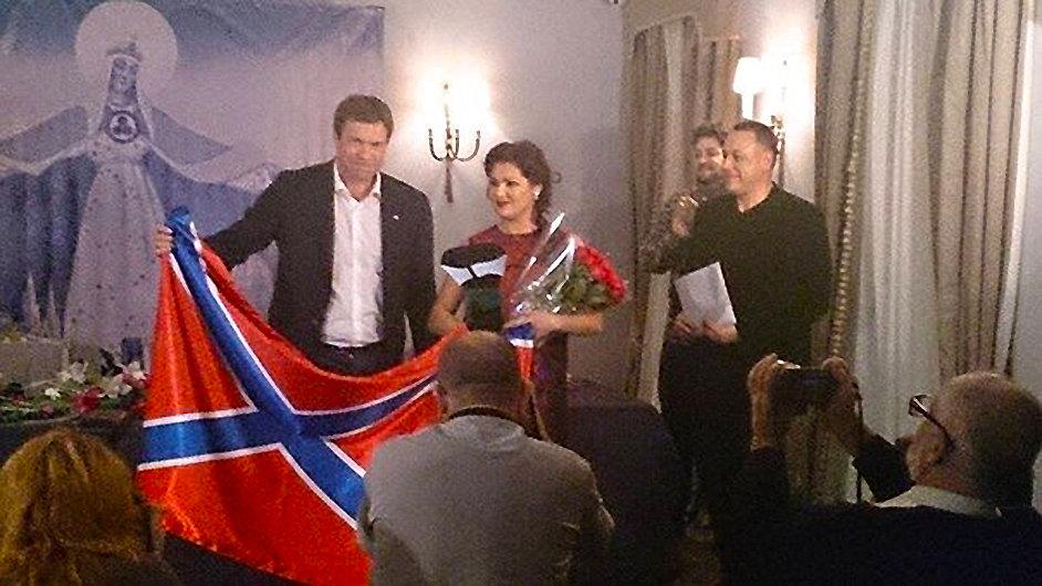 Anna Netrebková a Oleg Carev s vlajkou proruských separatistů