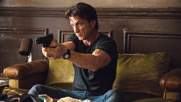 Sean Penn dostal prvn� ak�n� roli, ve filmu jako n�jemn� vrah procestuje Evropu
