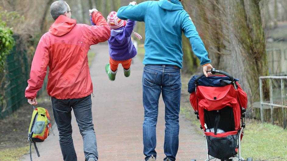 Dva muži nebo dvě ženy vychovávající dítě se v Česku každý den potýkají s praktickými problémy.