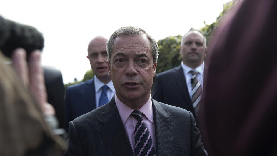 Farage zůstává v čele protiunijní britské strany UKIP.