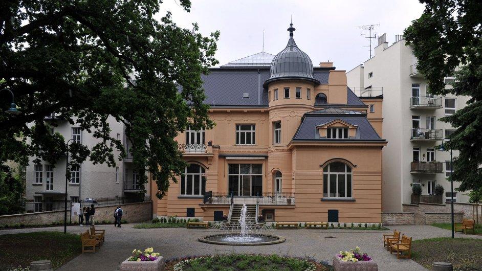 Návštěvníci mohou od 26. května nahlédnout alespoň do obnovené zahrady secesní vily Löw-Beer v Brně (na snímku).
