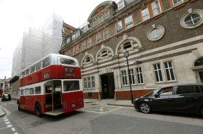 P�vodn� s�dlo Scotland Yardu koupil jeden z nejbohat��ch Ind�. Prom�n� ho v luxusn� hotel