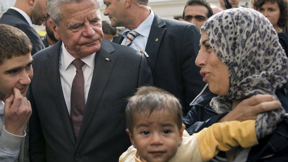 Německý prezident Joachim Gauck při setkání s uprchlíky.