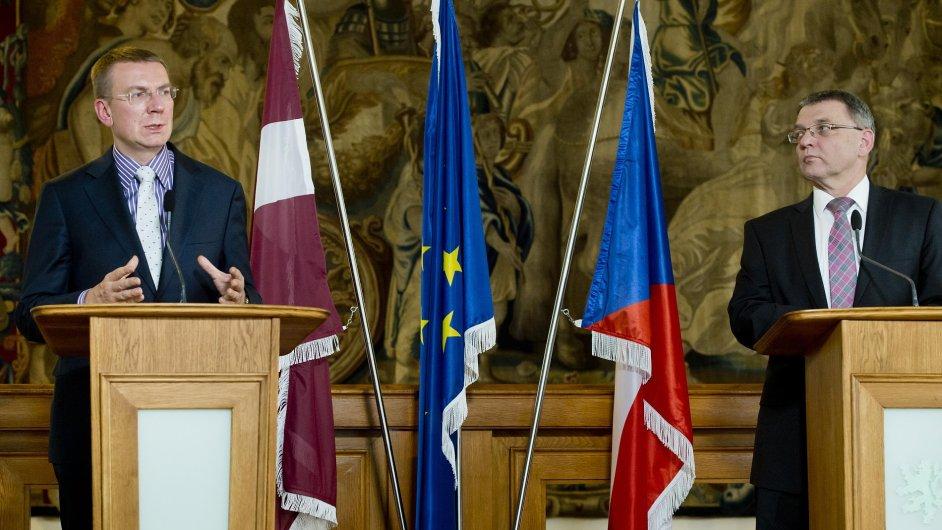 Ministr zahraničí ČR Lubomír Zaorálek (vpravo) a jeho lotyšský protějšek Edgars Rinkévičs spolu v Praze debatovali.
