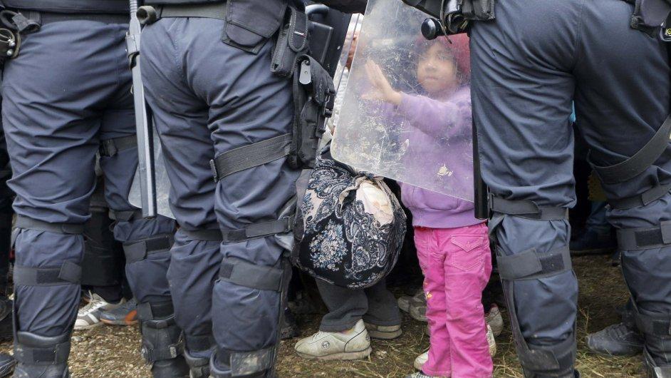 Dívka na hranicích Chorvatska a Slovinska.