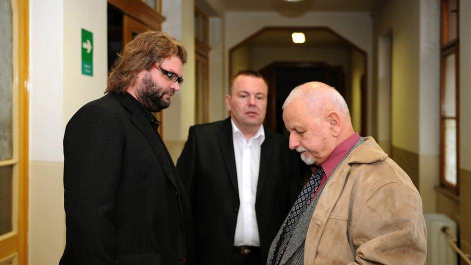 Okresní soud v Teplicích začal 29. října již potřetí projednávat případ tří bývalých policistů obžalovaných z braní úplatků a zneužití pravomoci. Vedle Radka Turišina a Romana Majerníka (uprostřed) je