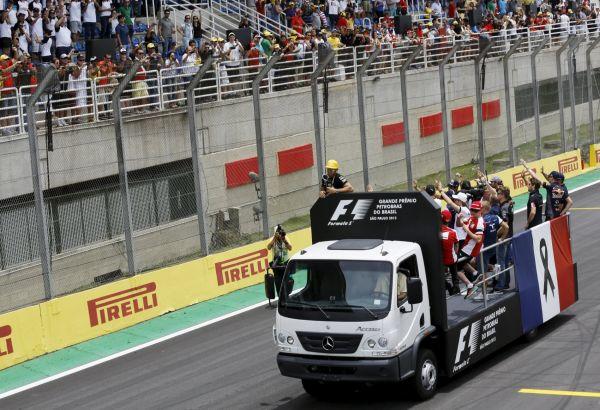 Závodníci formule 1 vyjádřili před závodem v brazilském Sao Paulu solidaritu s Pařížany.