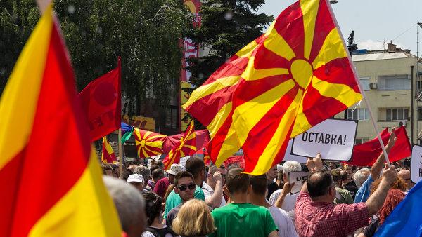 """Makedonci v květnu protestovali proti premiérovi Gruevskému, přezdívanému malý diktátor. Demonstrant drží ceduli s nápisem """"Odstup!""""."""