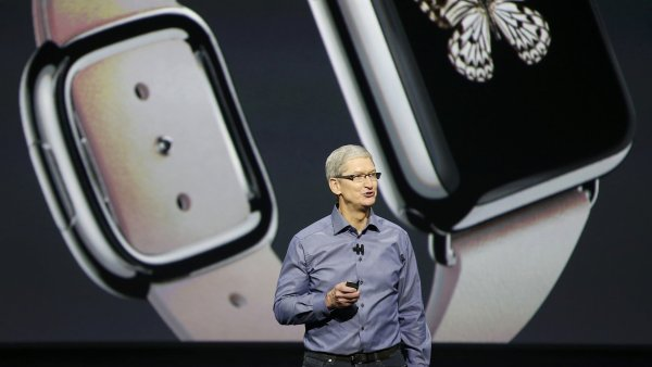 Nejv�ce chytr�ch hodinek prod�v� Apple a Samsung. Takto p�edstavoval Apple Watch ��f firmy Tim Cook,