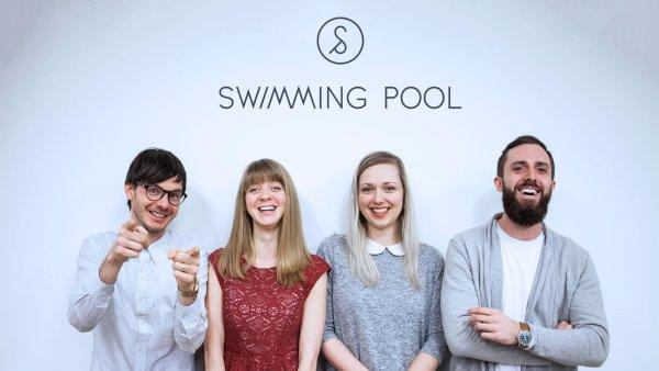 Nové tváře ve Swimming Pool - zleva Mark Long, Květka Kolářová, Chloe Sova a Filip Škaloud