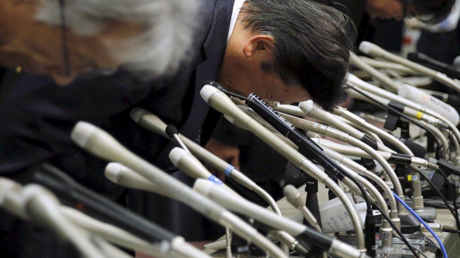 Šéfové Mitsubishi se poklonili na tiskové konferenci svolané kvůli falšování testů spotřeby.