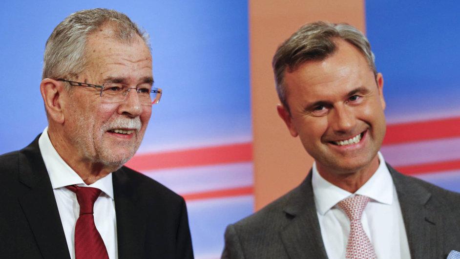 Kdo s koho? Alexander Van der Bellen (vlevo) věří, že jasného vítěze prvního kola Norberta Hofera nakonec porazí a stane se rakouským prezidentem.