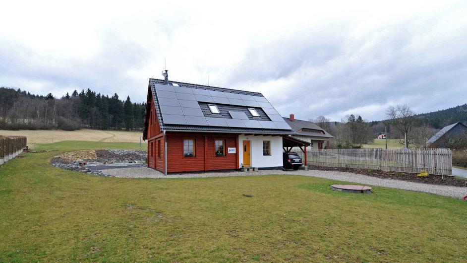 Mezi úspěšné projekty využívající zelené energie patří i pasivní roubenka v Lužických horách.