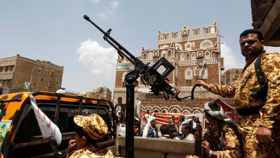 Vojáci v Jemenu hlídají zasedání parlamentu.