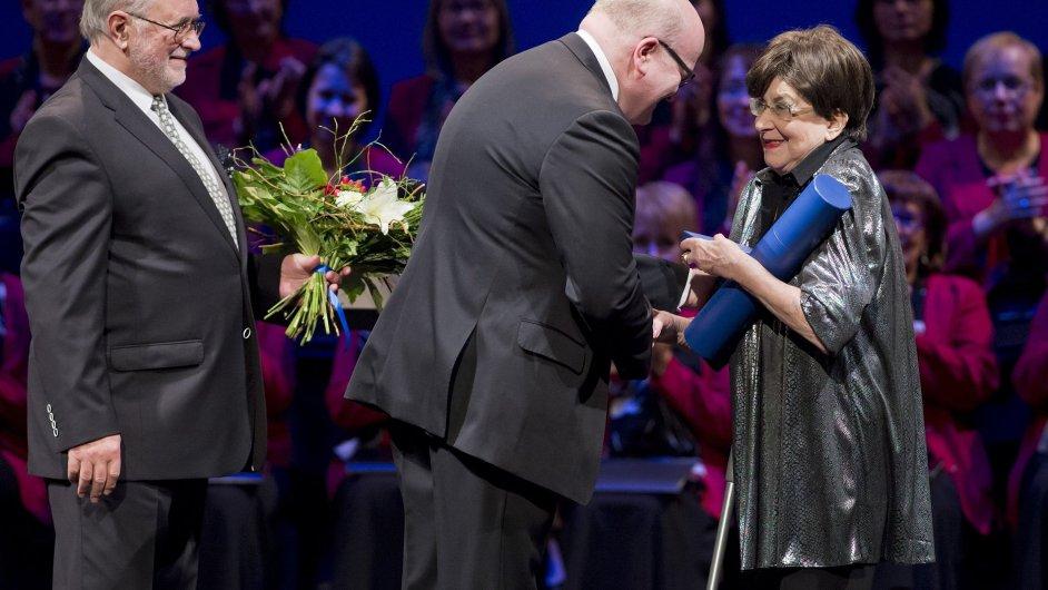 Daniel Herman předává cenu Dáma české kultury klavíristce, cembalistce a hudební pedagožce Zuzaně Růžičkové.