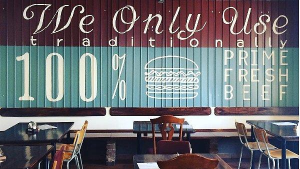 Bistro Let´s Meat se zaměřuje na burgery, žebírka a kuřecí křídla.