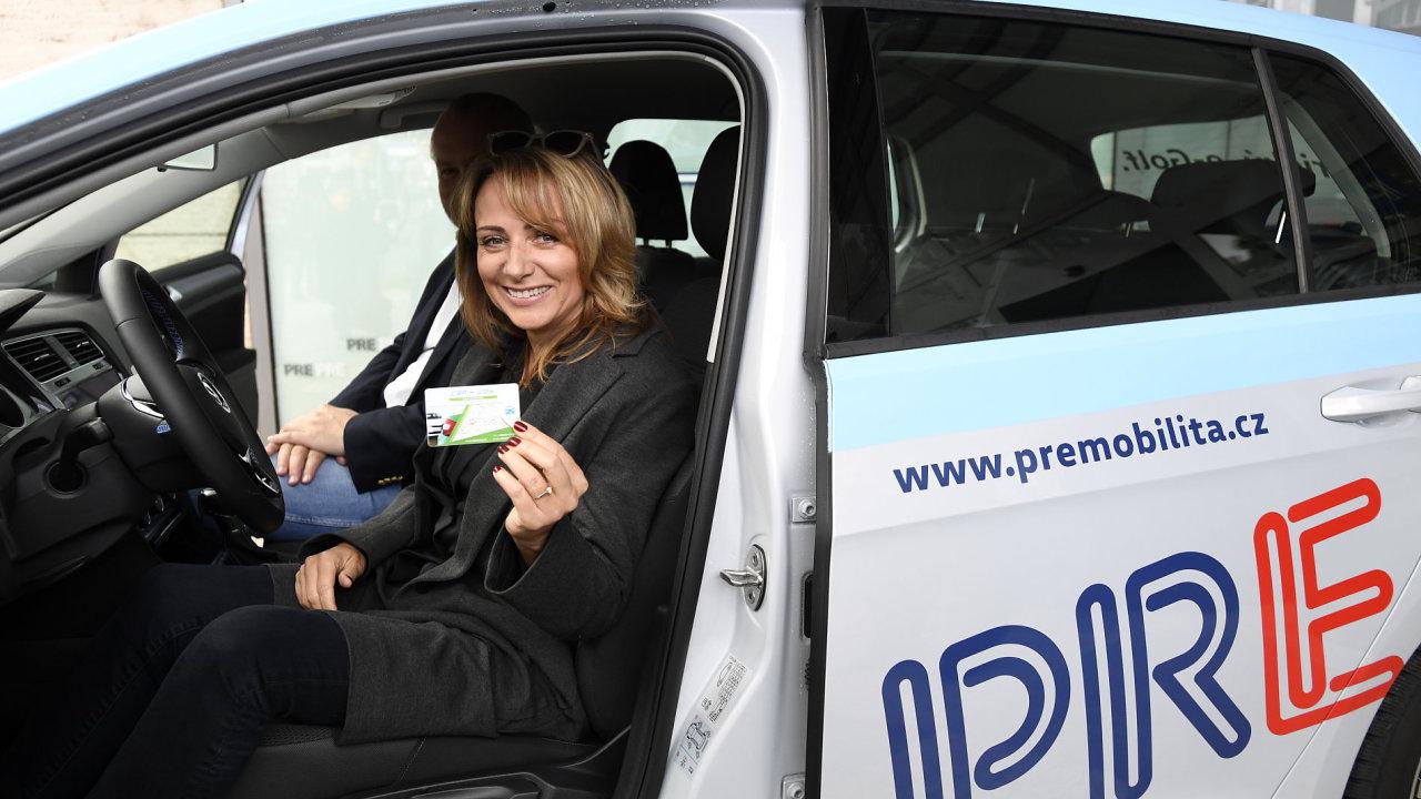 Pražská primátorka Adriana Krnáčová a předseda představenstva CAR4WAY Pavel Louda (vzadu) vystoupili 9. října v Praze na tiskové konferenci k zahájení projektu sdílení elektromobilů pro Prahu.