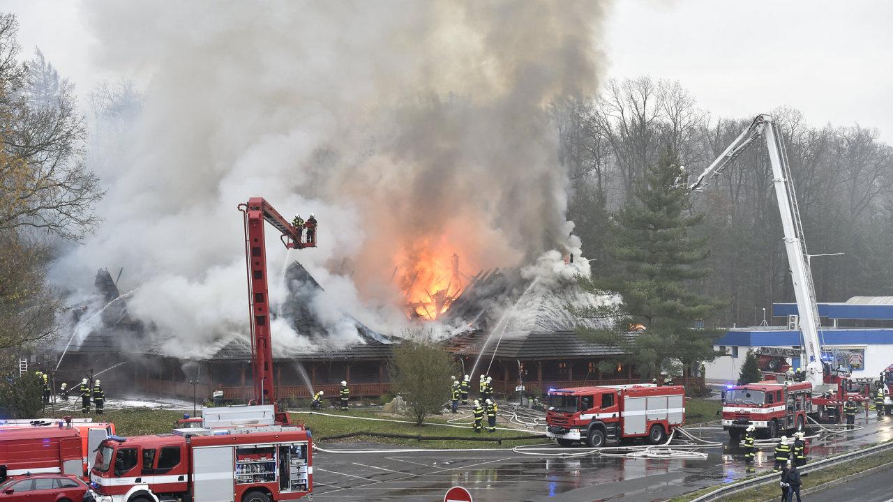 Hasiči zasahovali 18. listopadu u požáru motorestu Čtyři kameny poblíž dálnice D10 nedaleko Hlavence u Prahy.