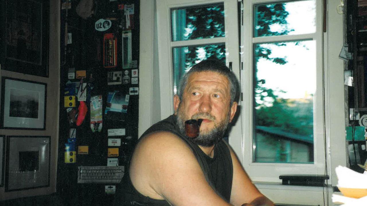 Jurgis Kunčinas, jenž žil vletech 1947 až 2002, patřil knejznámějším litevským romanopiscům 20. století. Tula je jeho prvním dílem přeloženým dočeštiny.