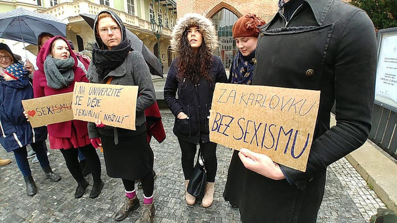 Za Karlovku bez sexismu. Lidé protestují před univerzitou proti diskusi o kampani #MeToo.