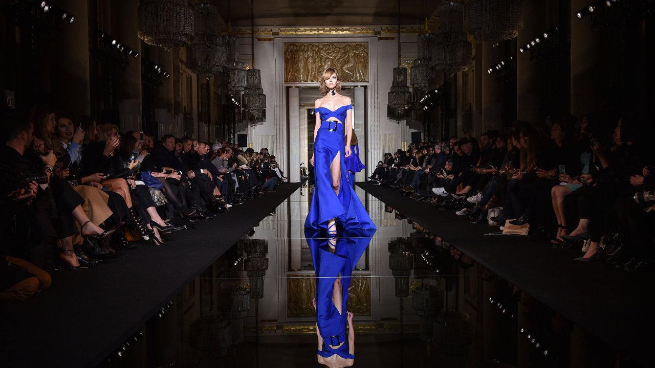 Kolekce Donatelly Versace na přehlídce Haute Couture v Paříži.